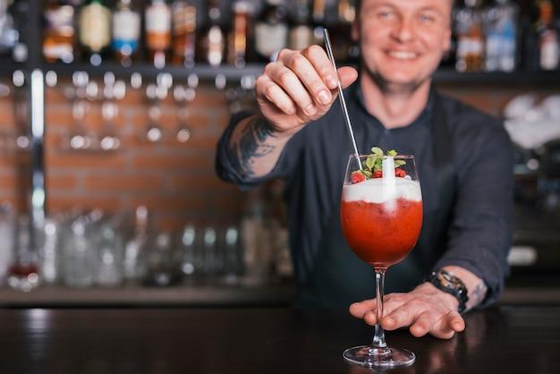 Готовим освежающий коктейль в баре