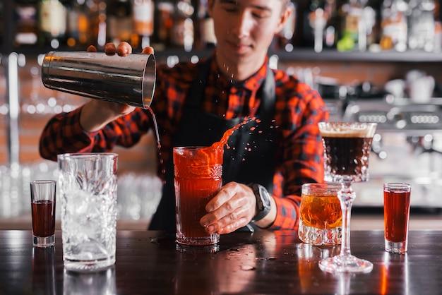 バーでさわやかなカクテルを準備する