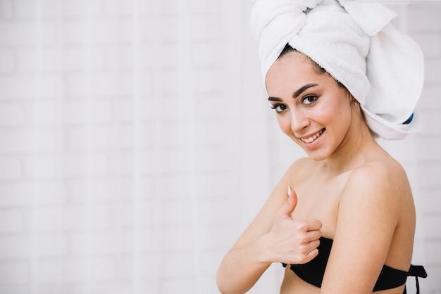 Женщина, принимая расслабляющую ванну в спа