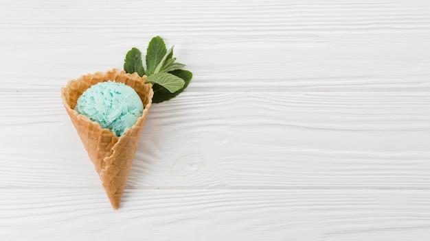 ウエハースコーンのブルーアイスクリームスクープ