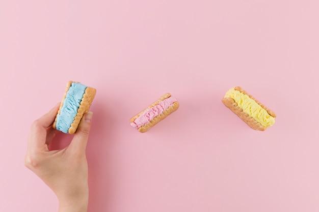 明るいアイスクリームクッキーのサンドイッチ