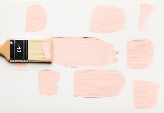 Кисть делает мазки с краской