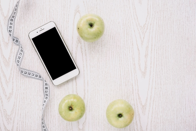 りんご、スマートフォン、測定テープ