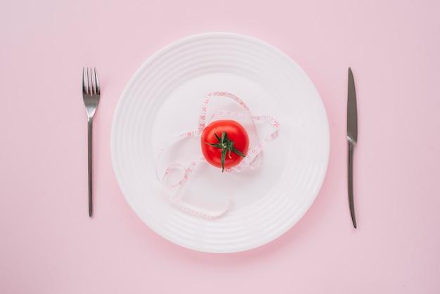 トマトの周りの測定テープ