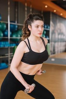 若い女性、ジムでトレーニング