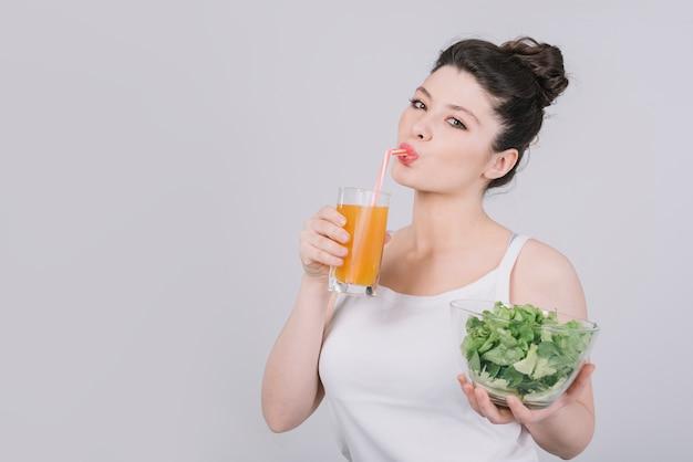 健康的な食事を持つ若い女性