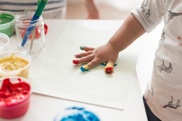 Маленький ребенок рисует как художник