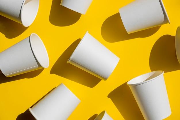 Вид сверху бумажные кофейные чашки