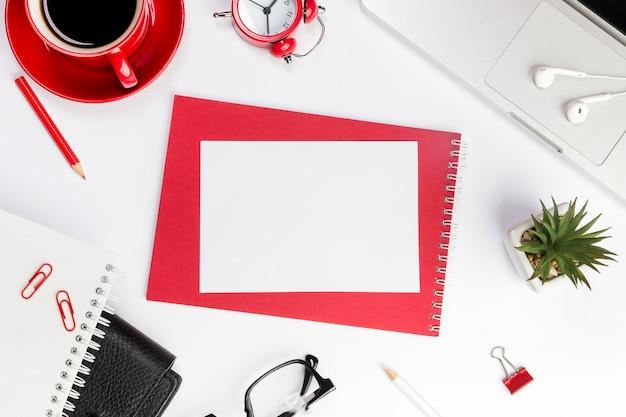 オフィスの机の上のスパイラルメモ帳に空白の紙