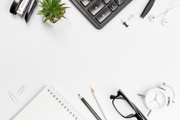 オフィスの机の上の黒と白の文房具