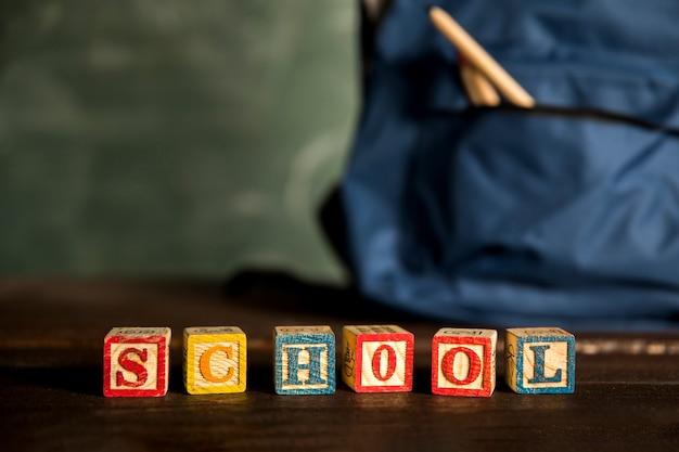 木製の立方体の単語学校