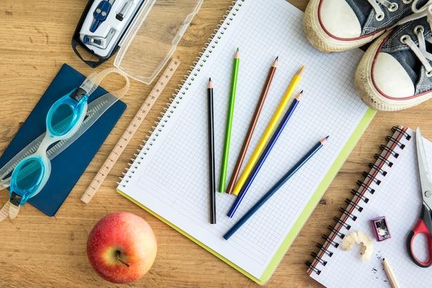 テーブルの上のカラフルな学校付属品