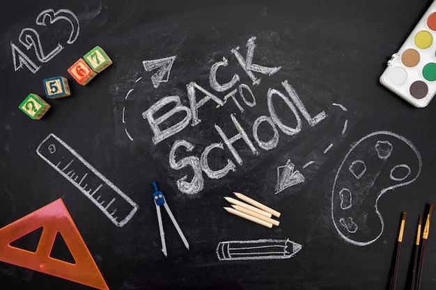 黒板に学校に戻る碑文