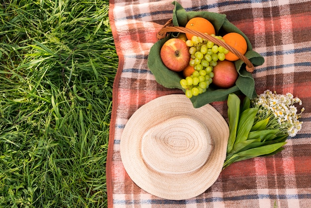 緑の芝生の上でピクニックのための掛け布団