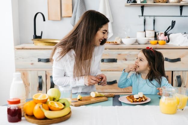 母と娘の朝食
