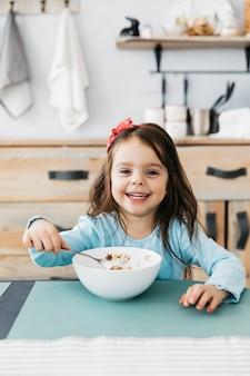 彼女の朝食を持つ少女