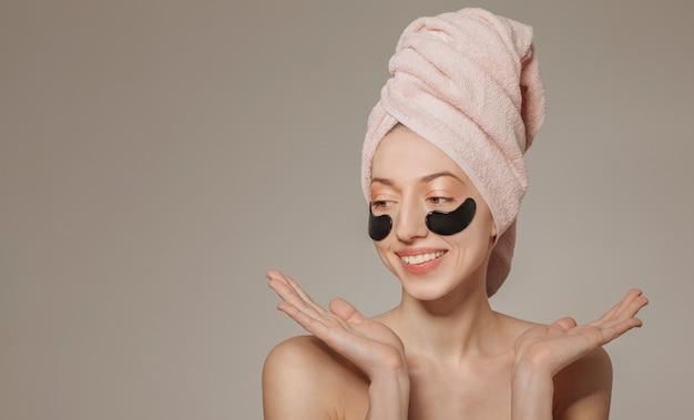 Девушка с полотенцем на голове с маской
