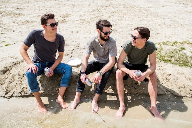 砂浜でチャット裸足男性