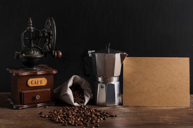 Кофеварки возле разбросанных зерен и картона