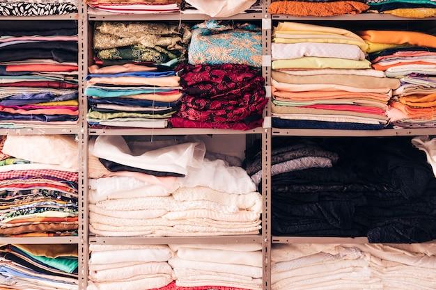 棚の中のカラフルな布の配置