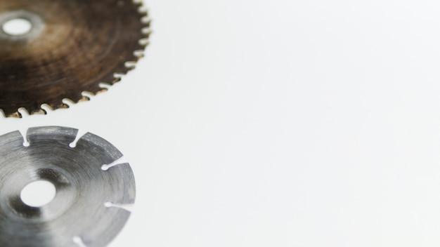 白いテーブルの上の円形の刃