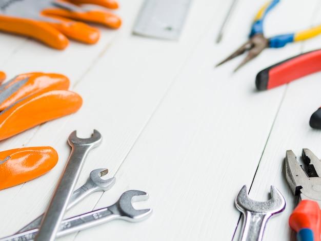 テーブルの端にある大工道具
