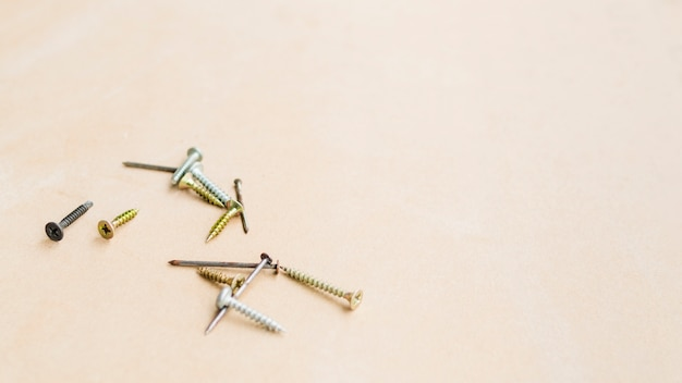 セルフタッピングネジとテーブルの上のさびた釘