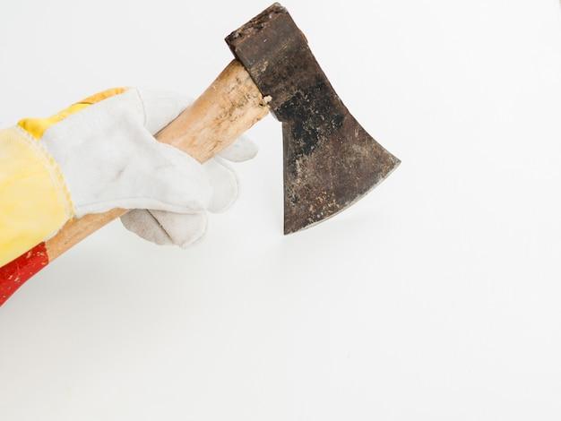 Топор в руке с перчаткой