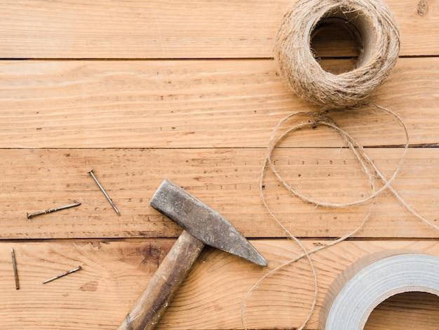 木製の机の上の大工道具