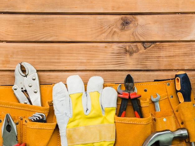 Сумка с инструментами плотника на столе
