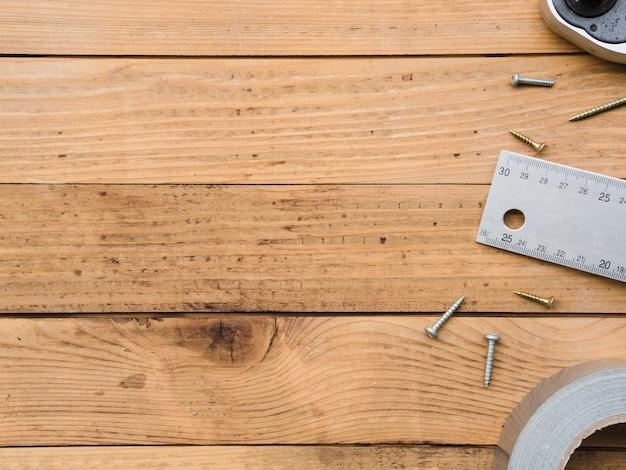 木製の机の上の大工仕事のもの