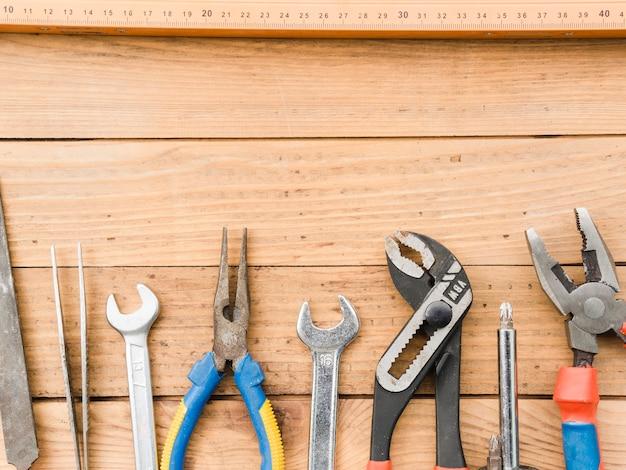 木製のテーブルの上の手の大工道具