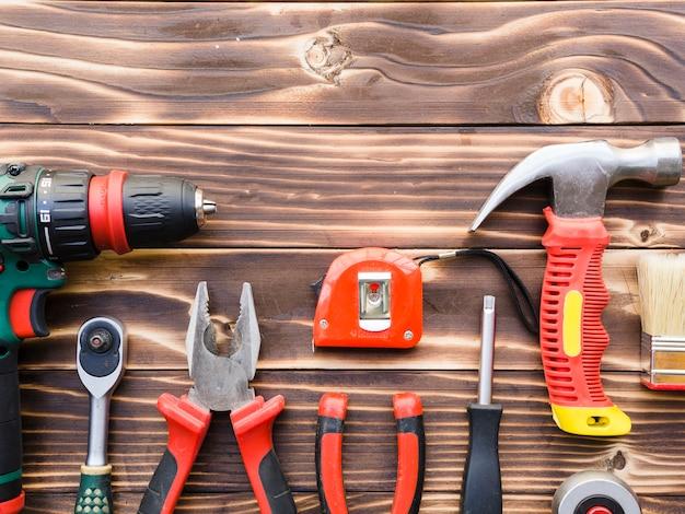 木製のテーブルに大工の道具