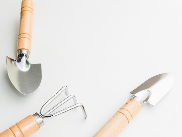 白い背景の上の園芸工具