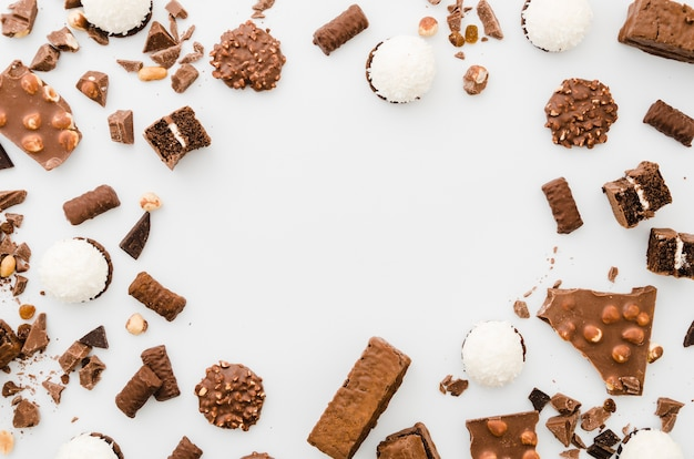 Шоколадные конфеты на белом фоне