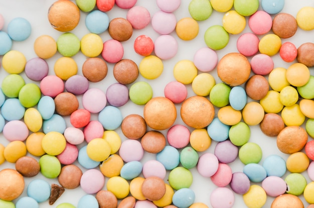 白い背景の上の色とりどりの糖衣錠