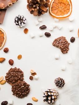 ナッツ、マシュマロ、木のバンプのチョコレートクッキー