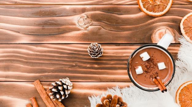 木製の背景にマシュマロとホットチョコレート