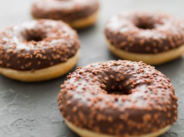 チョコレート艶出しと振りかけるドーナツ