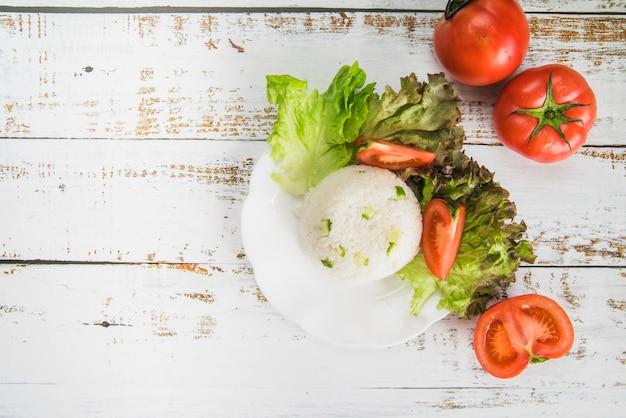 野菜とボールの形のご飯