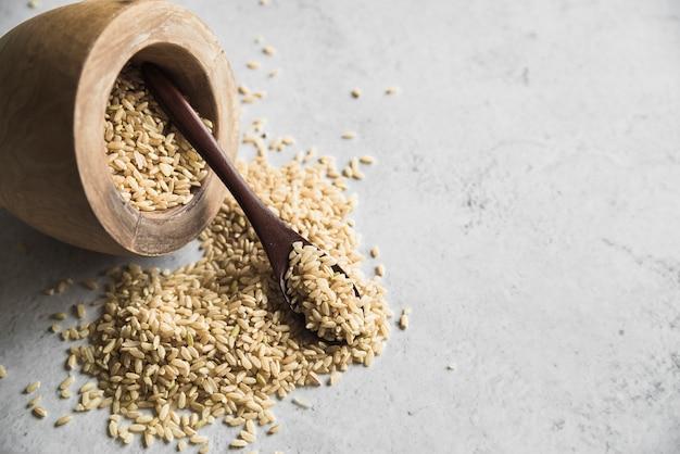 生の有機スペル穀物、スプーン