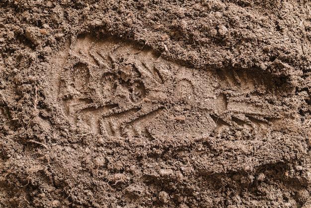 ソールの靴を土に刻印