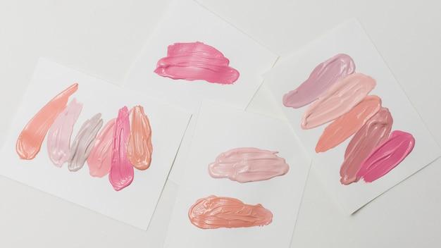 紙の上の様々な塗抹標本口紅のコレクション