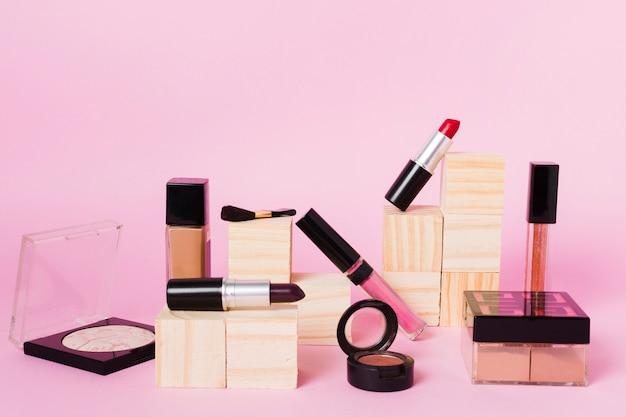 色付きの背景上のプロの化粧道具
