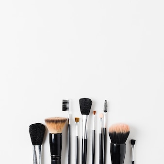 Выложить различные кисти для макияжа