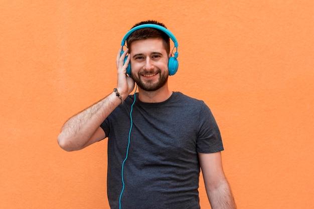 青いヘッドフォンで笑顔の男性