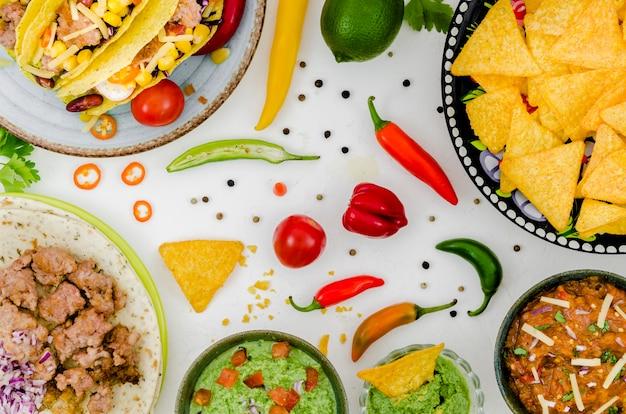 白いテーブルの上のメキシコ料理