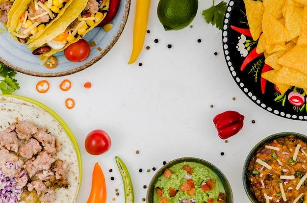 白い机の上のメキシコ料理