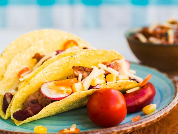 皿の上の新鮮なメキシコのタコス