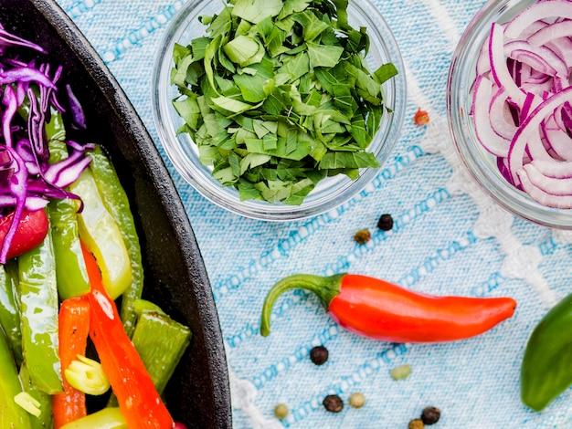 Овощи в чашках и чили